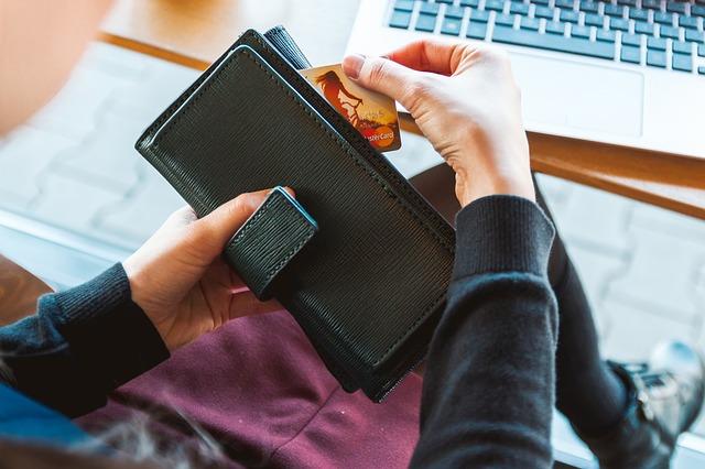 peněženka, ruce, kreditka