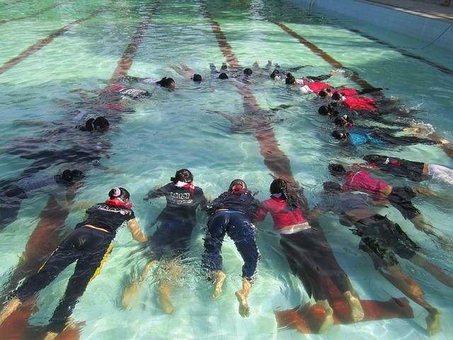 lidé v bazénu
