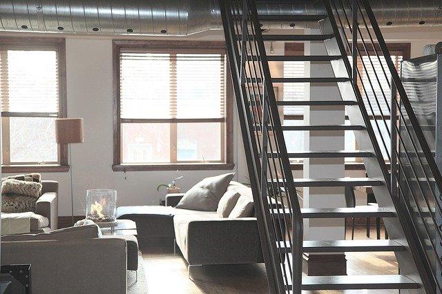 schodiště nad pohovkou.jpg