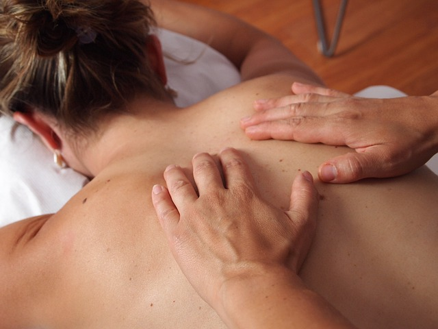 žena na masáži zad