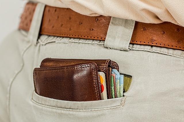 peněženka v kapse u kalhot s hnědým páskem